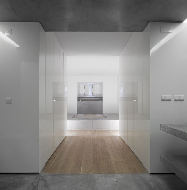 Conversion of a dark basement with no history and with several interior compartments located in rodrigo da fonseca avenue into a spacious and illuminated