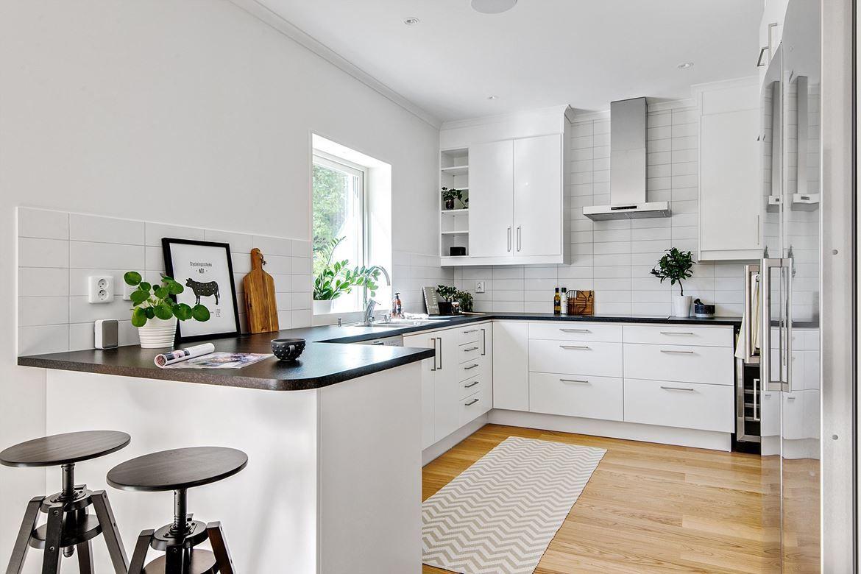 Kök från Ballingslöv i vitt med svart bänkskiva i laminat och ...