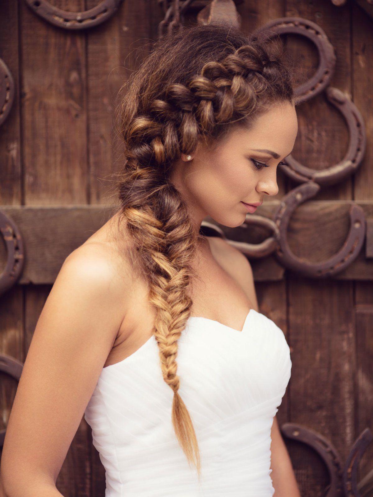 Diese Aufwendige Brautfrisur Ist Ein Echter Blickfang Und Passt Deshalb Vor Allem Zu Schlichten Hochzeitskleidern H Oktoberfest Frisur Wiesn Frisur Lange Haare