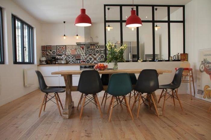 verrière industrielle cuisine, meubles de cuisine en bois et noir - quel carrelage pour une cuisine
