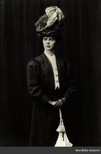 Licence: Public Domain marked Description: Porträtt av fröken Ester Insulander, gift Fergus (1886-1966), Banérgatan i Stockholm, 1900. Creator: Okänd (Photographer) Date of creation: 1900 Data provider: Stiftelsen Nordiska museet Provider: Europeana Fashion Providing country: Sweden