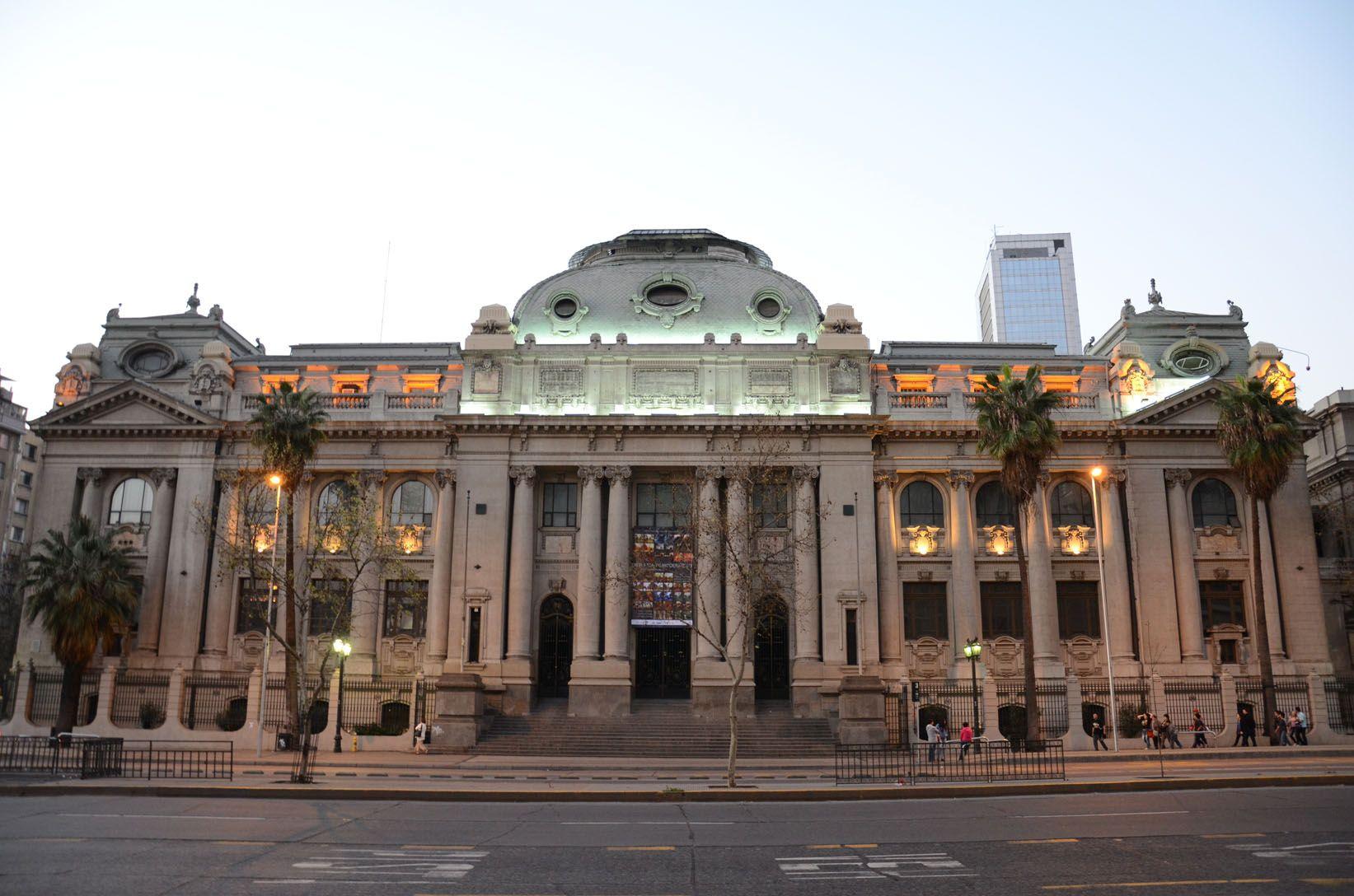 La Biblioteca Nacional de Chile en Santiago, Chile. La biblioteca ...
