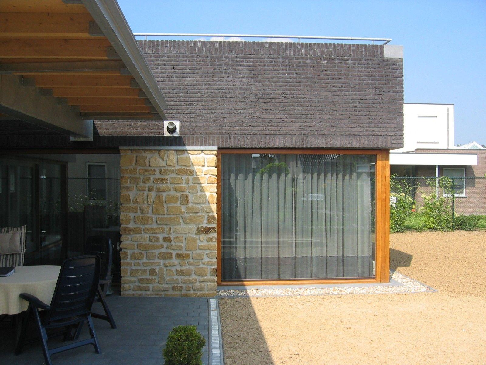 House: brick facade, wooden frames, steel construction, wooden beams. Woning: gemetselde gevel, houten kozijnen, stalen constructie, houten balken.