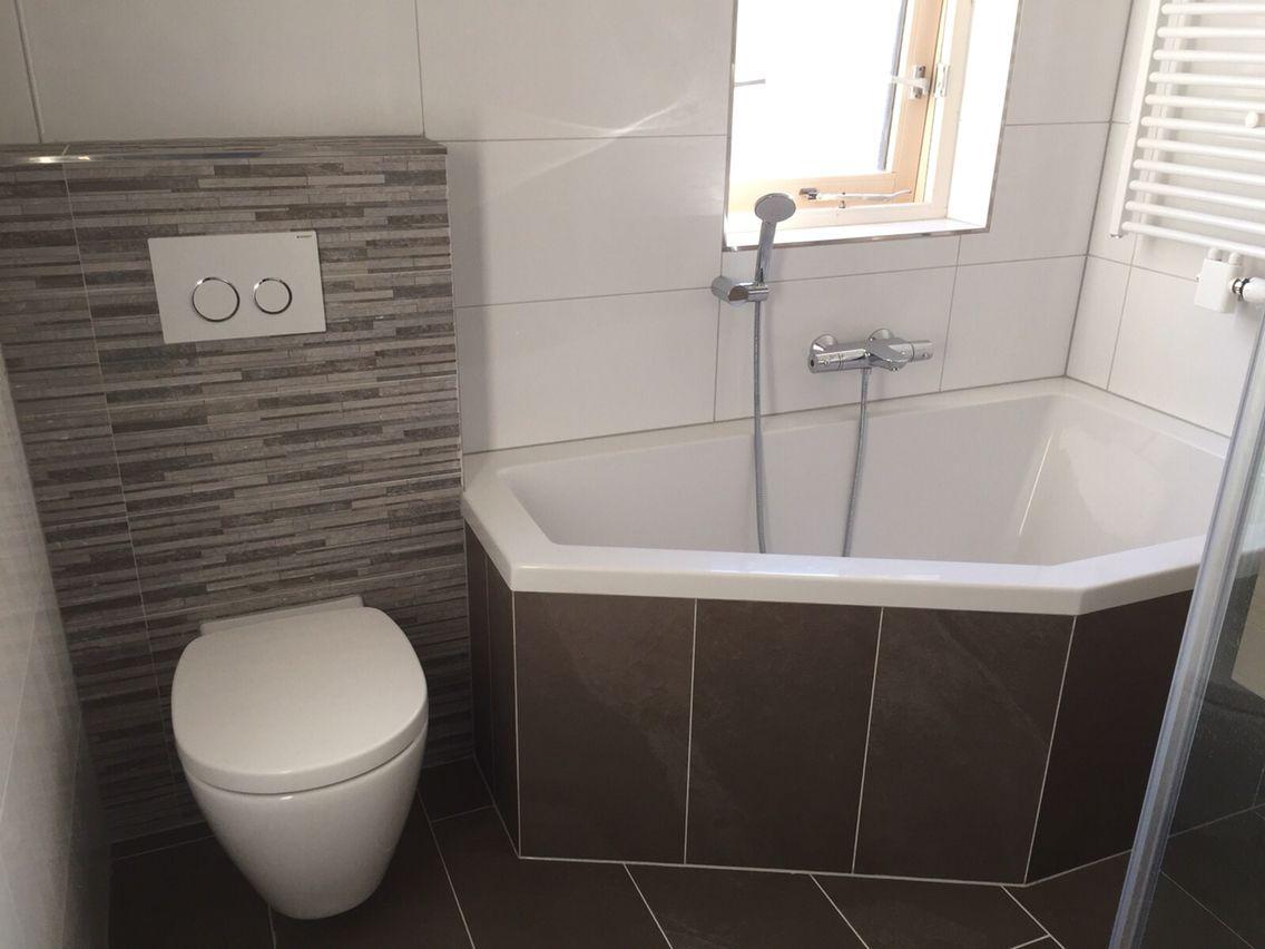 Kleine badkamer taupe met bad douche badmeubel en inloopdouche ...