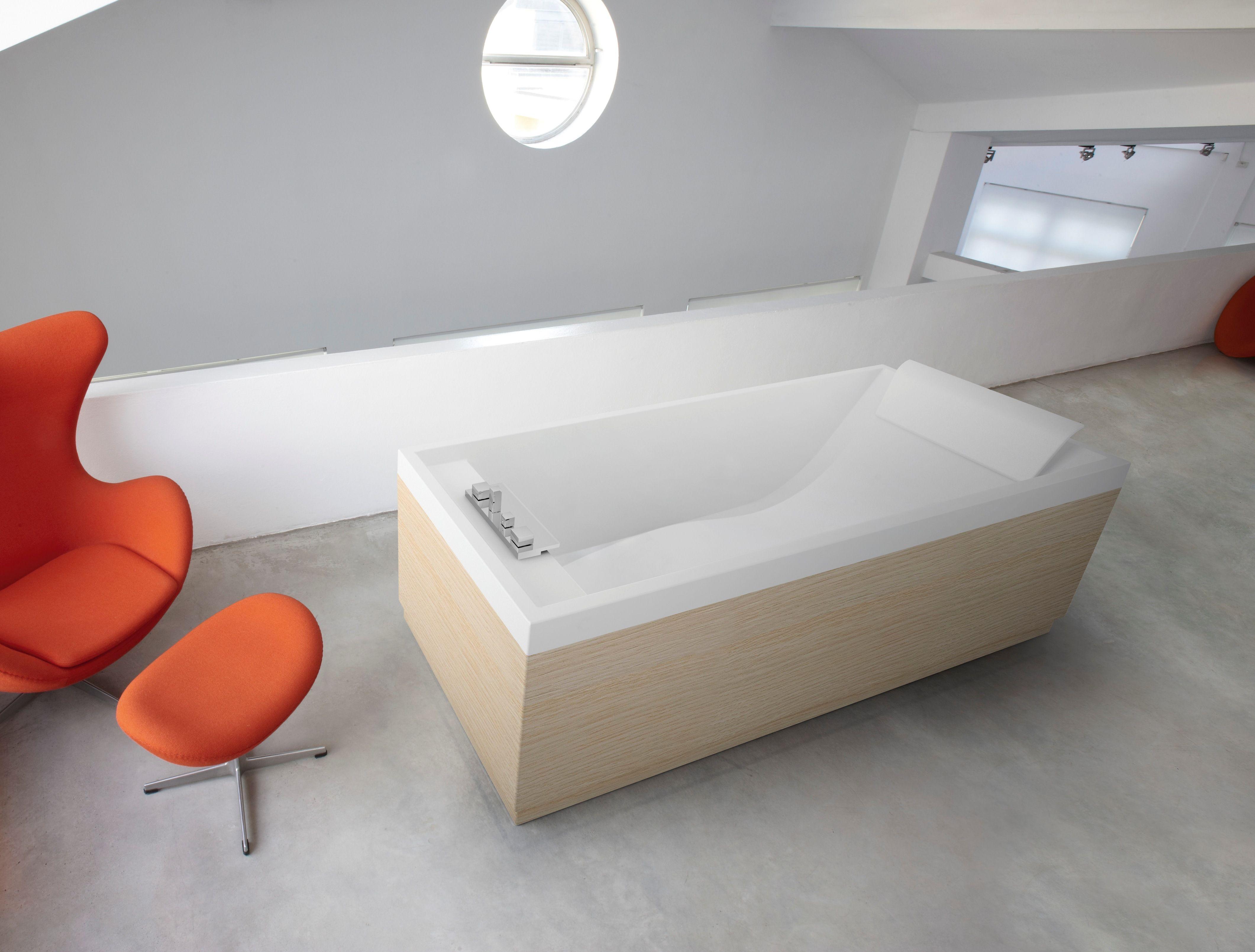 """Bad """"Sense""""  - wit glans  - met hoofdsteun  - 3 panelen in witte eik - meer modellen in onze showroom in Ninove http://www.zelfbouwmarkt.be/assortiment/badkamers/badkamermeubels/1001"""