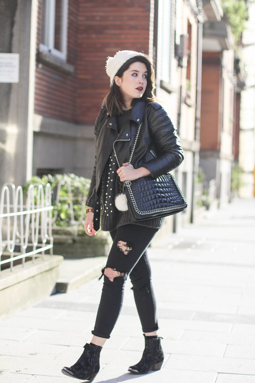 look con pantalones rotos negros y gorro de pompon myblueberrynightsblog 5783a7d6421