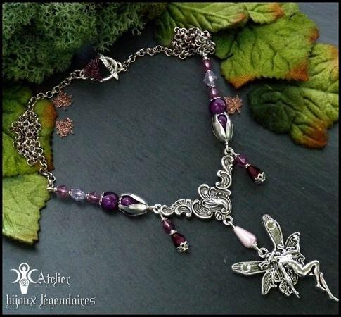 ☽•☾ Invitation féérique romantique☽•☾ Collier grand pendentif fée, estampe victorienne et perles prunes : Collier par atelier-bijoux-legendaires
