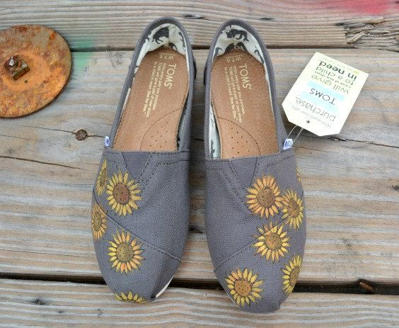Hand Painted Toms Shoes Sunflowers Custom Painted Shoes 85 00 Via Etsy Toms Shoes Outlet Painted Shoes Hand Painted Toms