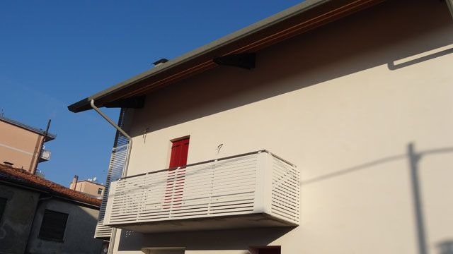 Parapetto terrazzo con montanti in ferro e dettaglio angolare in ...