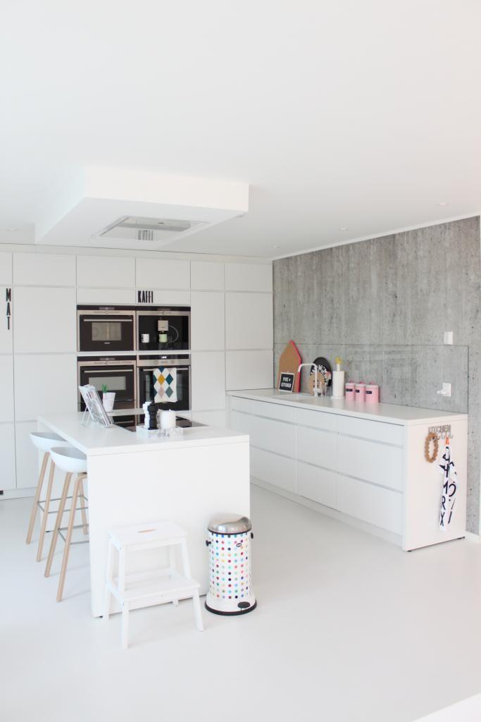 Weiße Küche Mit Betonwand