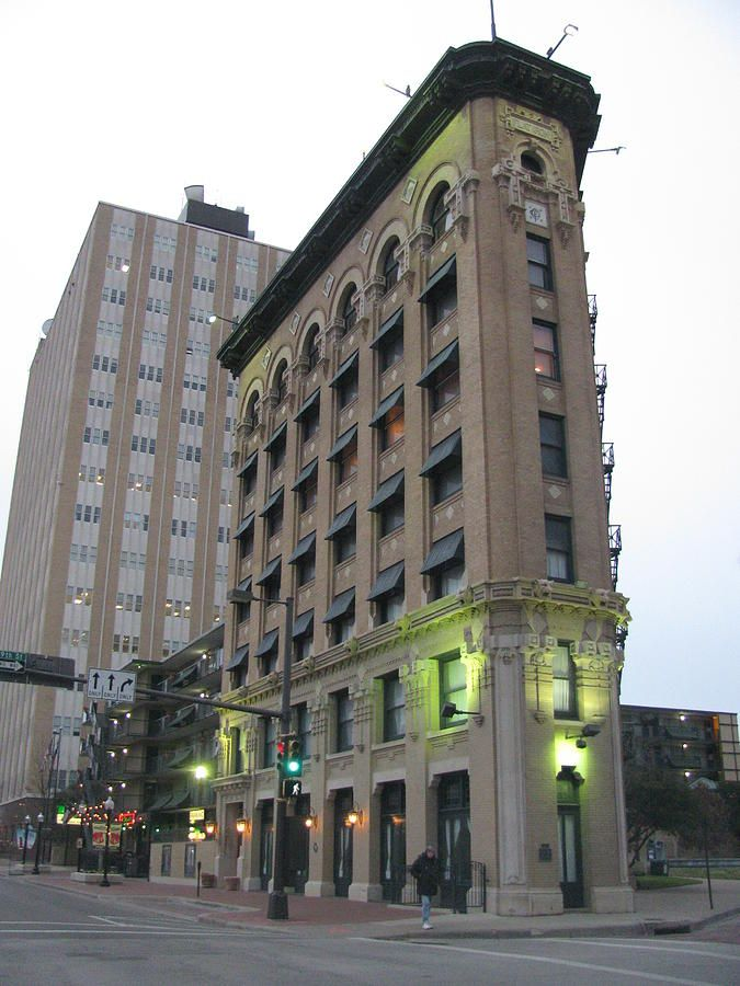 June The Flat Iron Building In Fort Worth Was Commissioned By A Dr Saunders In 1907 Saunders Served As The Dean O Building Build A Fort Architecture Details