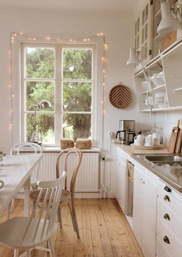 dielenboden und weiße küchenmöbel. typisch skandinavischer, Innedesign