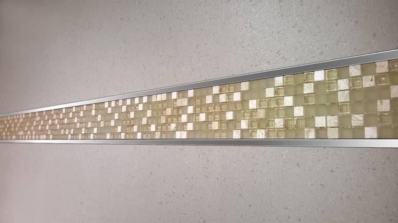 Colecci n decorativa de listellos dise ada para crear for Revestimiento de banos con guardas