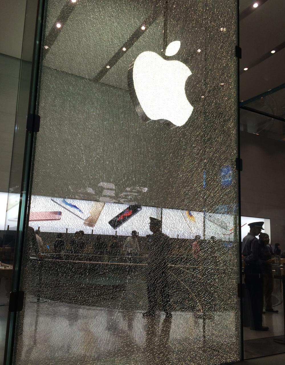 Apple Watchの強靱さが実証される。巨大ガラスを粉々にするもApple Watchは傷ひとつなし! - Engadget Japanese