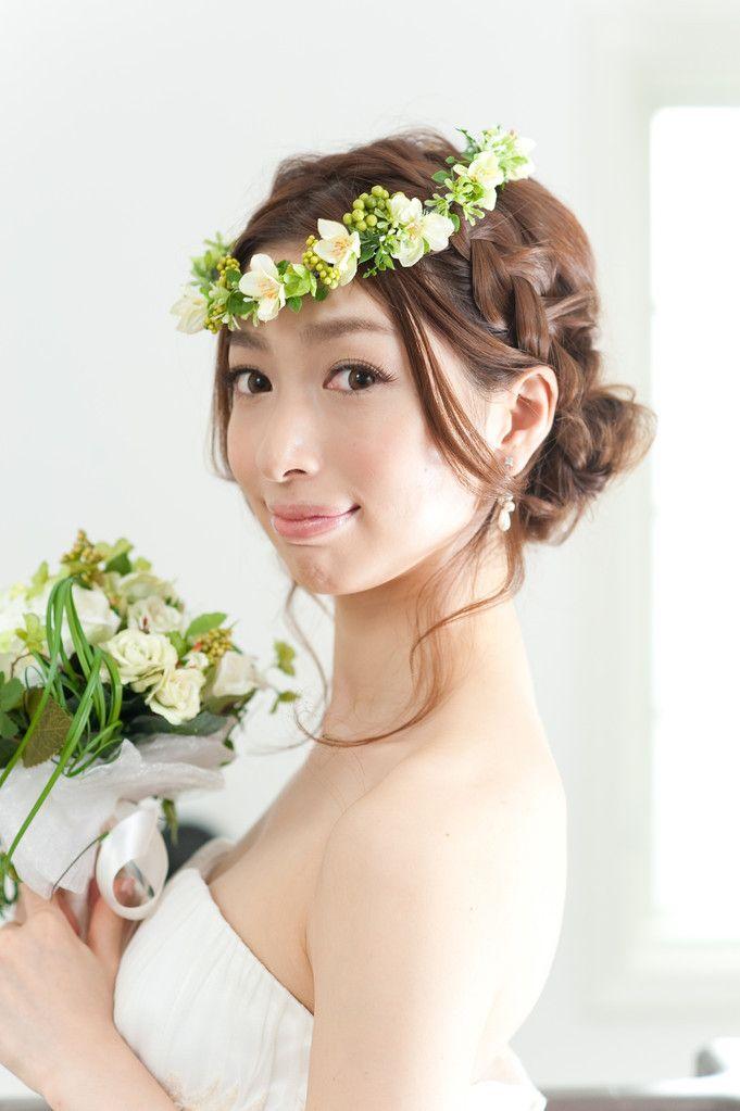 62b3c2e0f1c48 可愛らしい妖精みたいな ウェディングドレス・カラードレスに合う〜編み込みの花嫁衣装の髪型まとめ一覧〜
