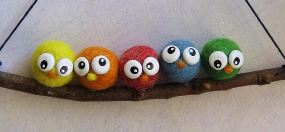 Oiseaux en laine feutrée piquée.