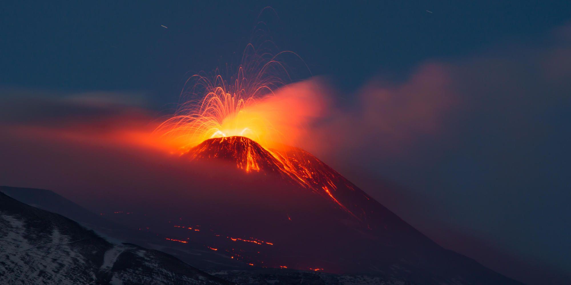 Batalla de la naturaleza: la intensa lava naranja contra el cielo azul.