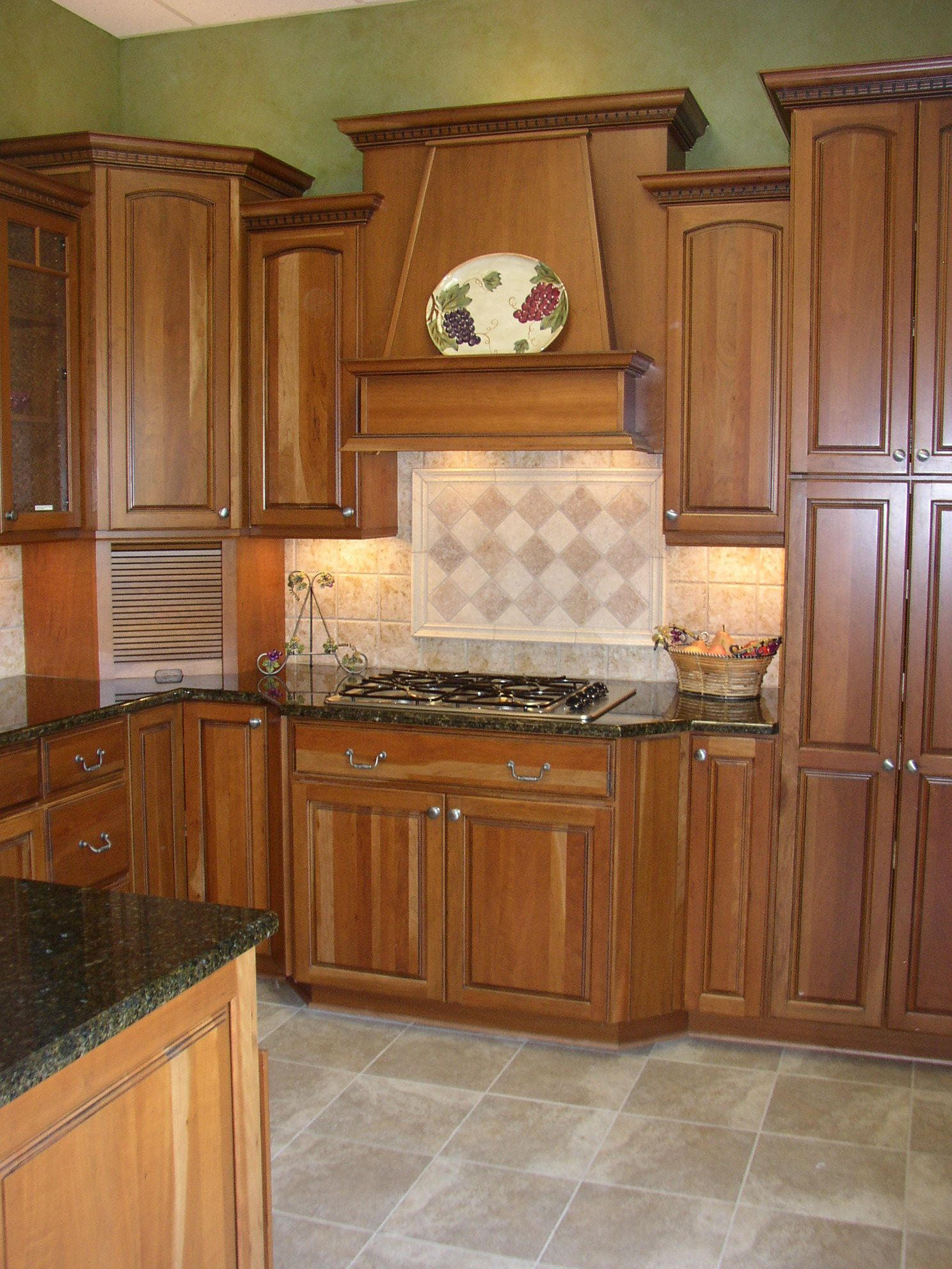 Yorktowne cherry butternut cabinets uba tuba granite for Butternut kitchen cabinets