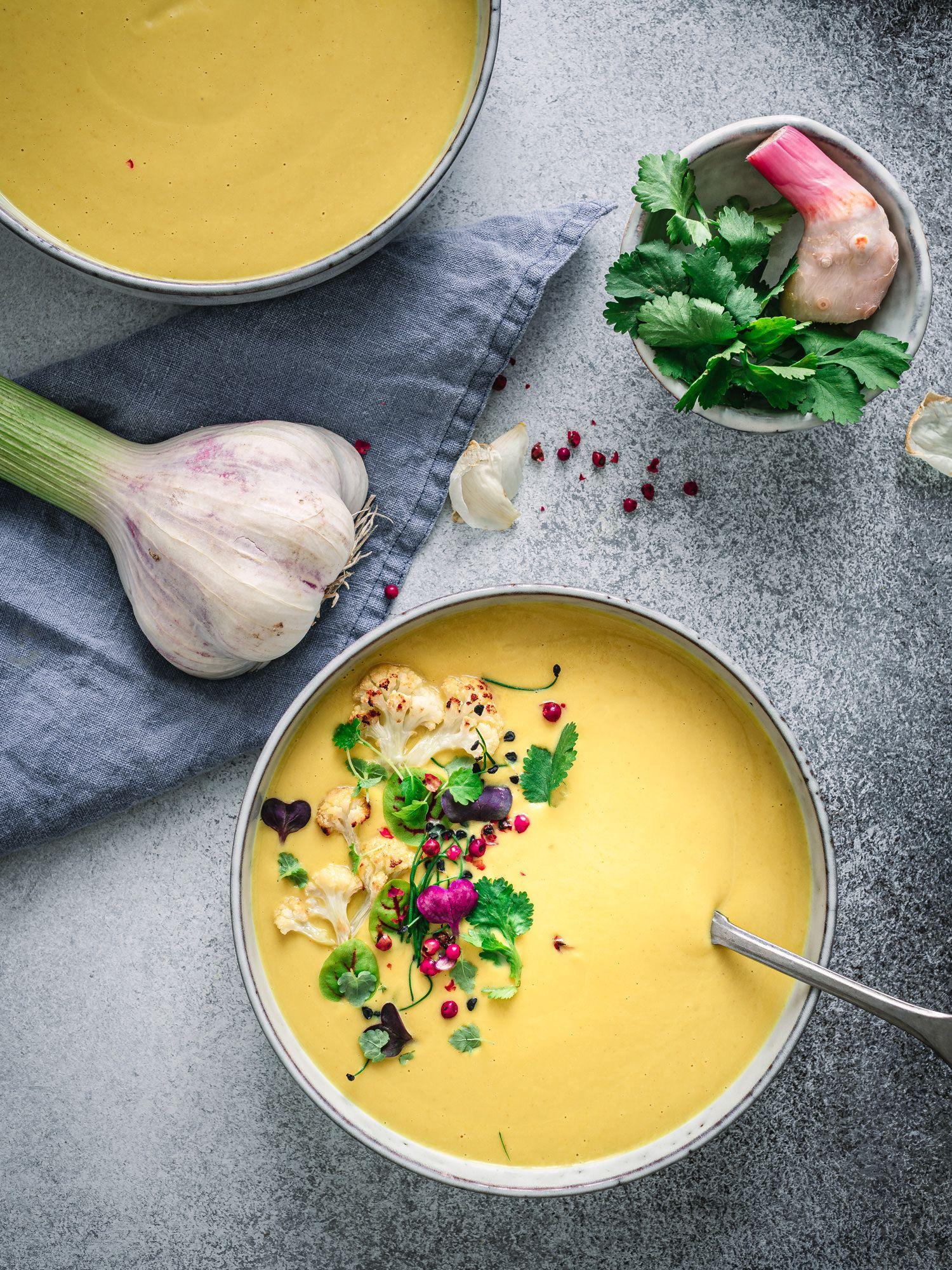 Ayurvedische Kokossuppe mit geröstetem Blumenkohl und Kurkuma