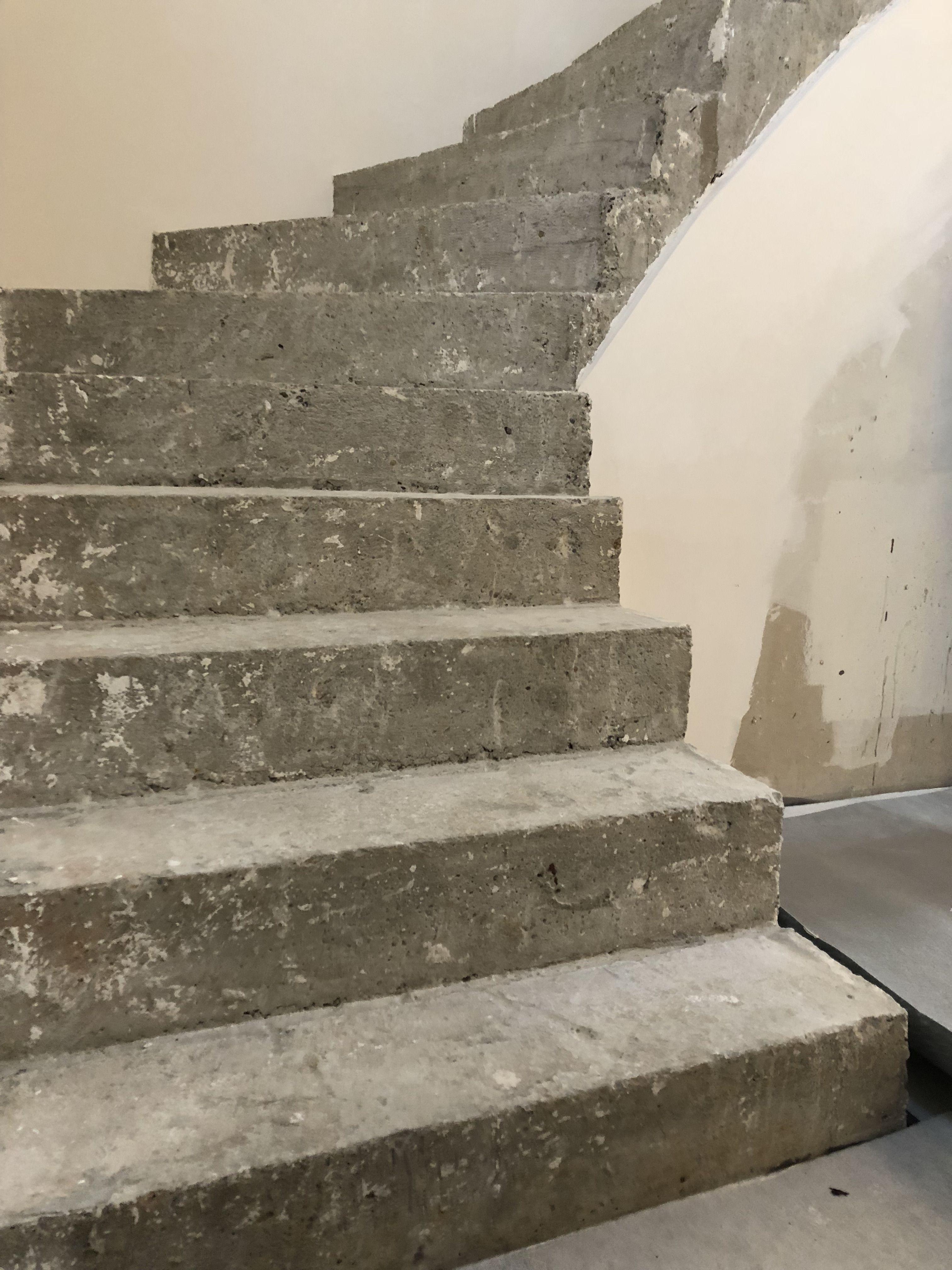 Un Escalier En Beton Brut Transforme Avec Du Beton Cire Escalier Beton Escalier Beton Cire Beton Brut