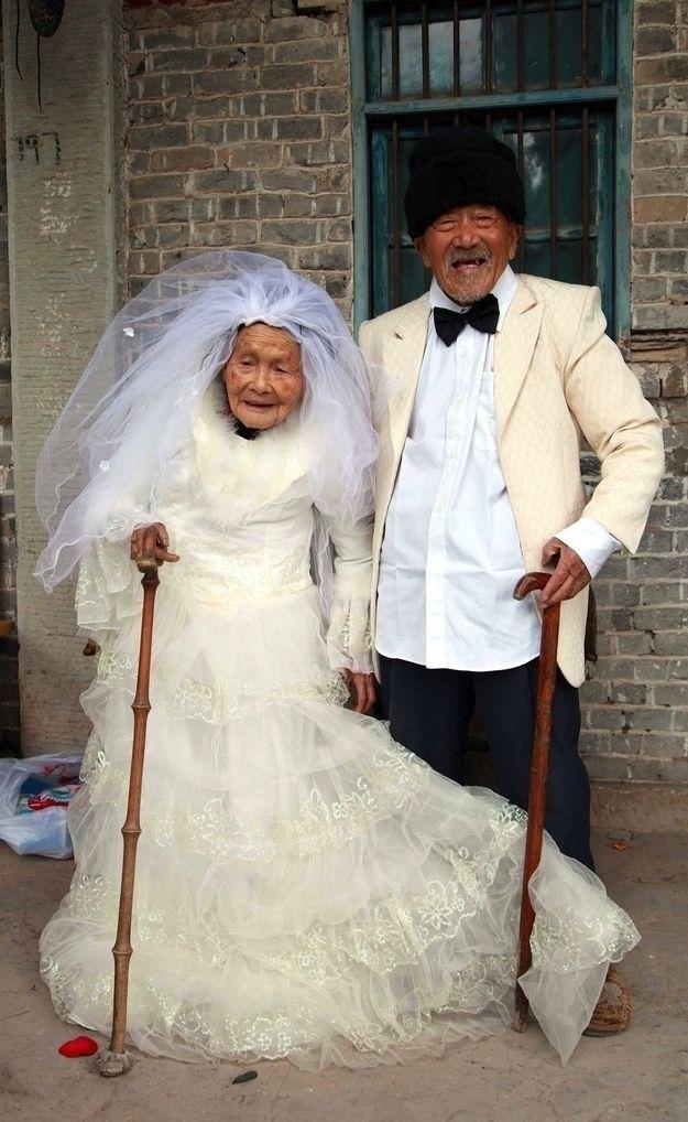 A primeira foto de casamento que Wu Conghan e a sua esposa, Wu Songshi, conseguiram tirar depois de terem se casado 88 anos atrás. | As 35 fotos mais emocionantes já tiradas