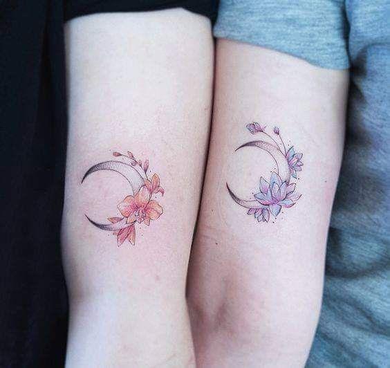 Luna con flores de amistad - Tatuajes para Mujeres