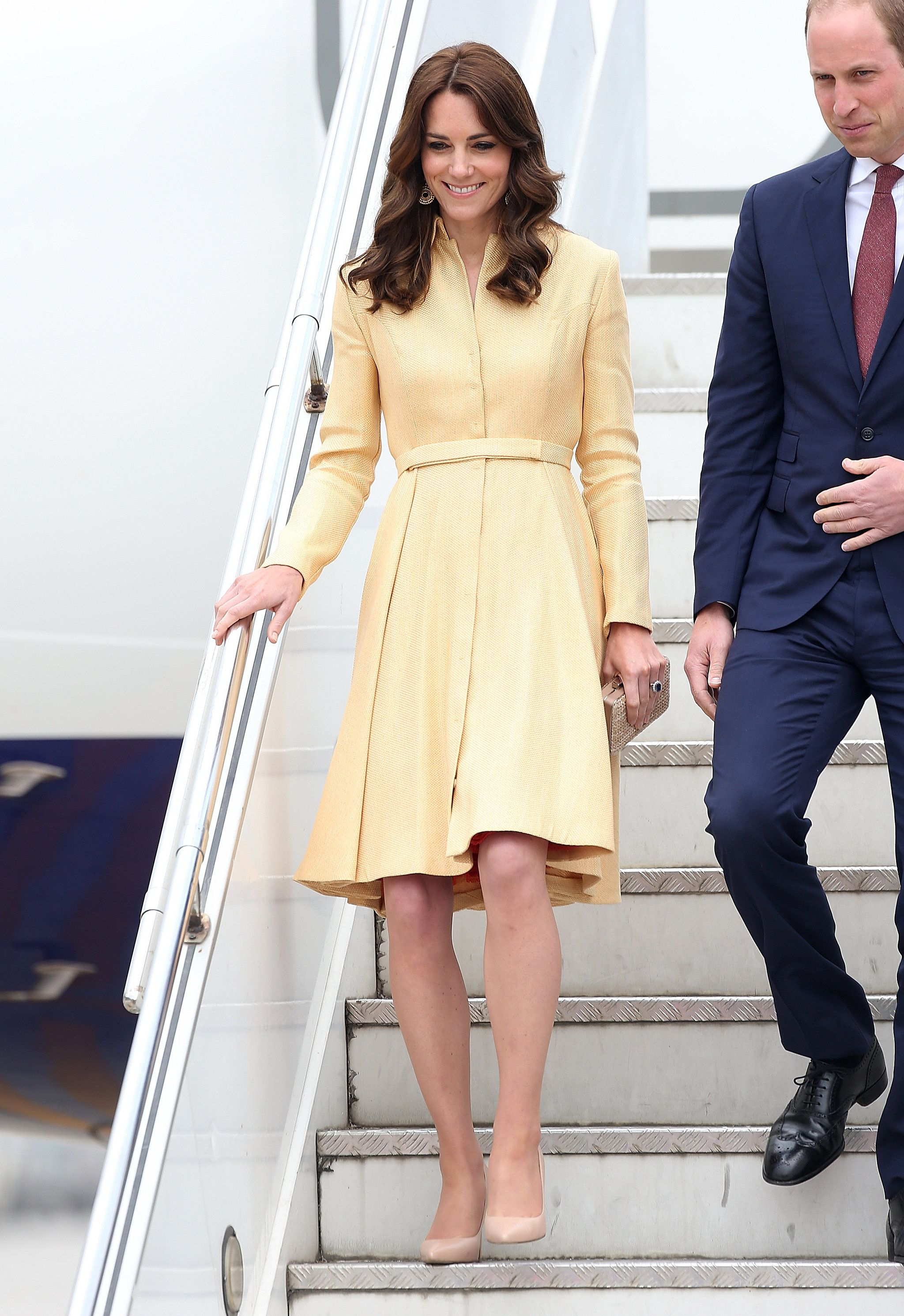Kate Wearing Her Emilia Wickstead Coat For The Arrival In Bhutan Looks Chic Vestidos Roupa De Gala
