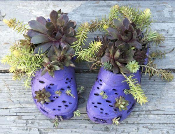 Blumenbeet anlegen - alte Schuhe erscheinen als Blumengefäße #blumenbeetanlegen blumenbeet anlegen in flipflops gartendeko #blumenbeetanlegen