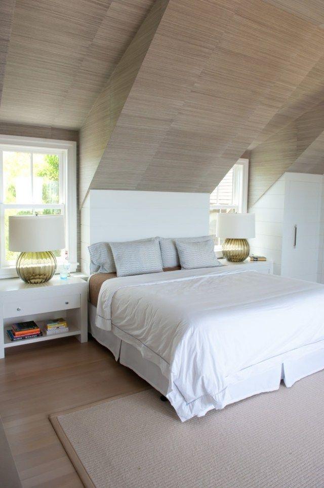 Schlafzimmer mit dachschr ge verkleidet in laminat holzpaneelen moderne tischlampen home - Modernes schlafzimmer einrichten ...