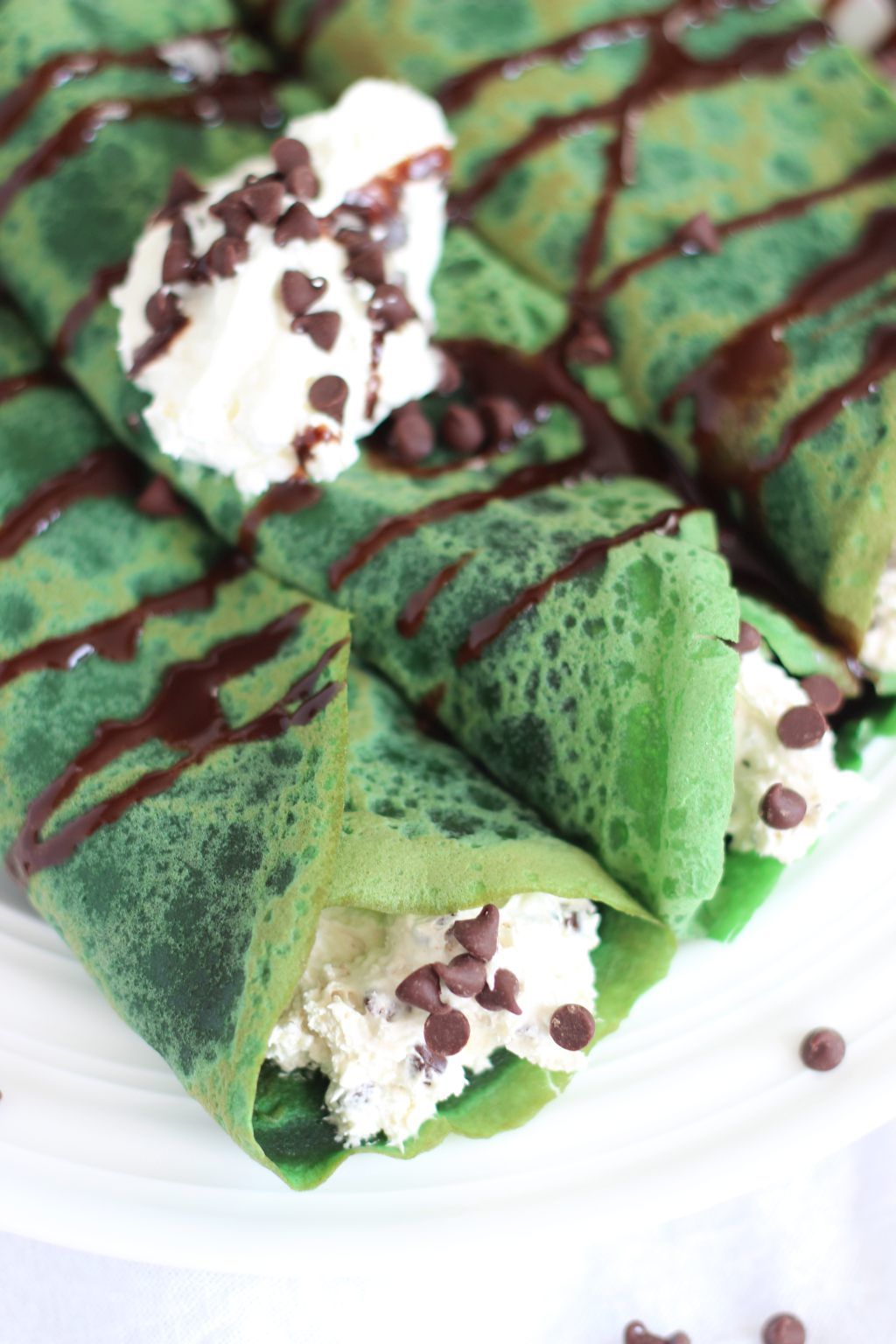 Green Velvet Crepes with Bailey's Chocolate Chip Cheesecake filling! The filling is dangerously good. It was somewhat inspired by this No-Bake Bailey's Cheesecakethat I made for St. Patrick's…