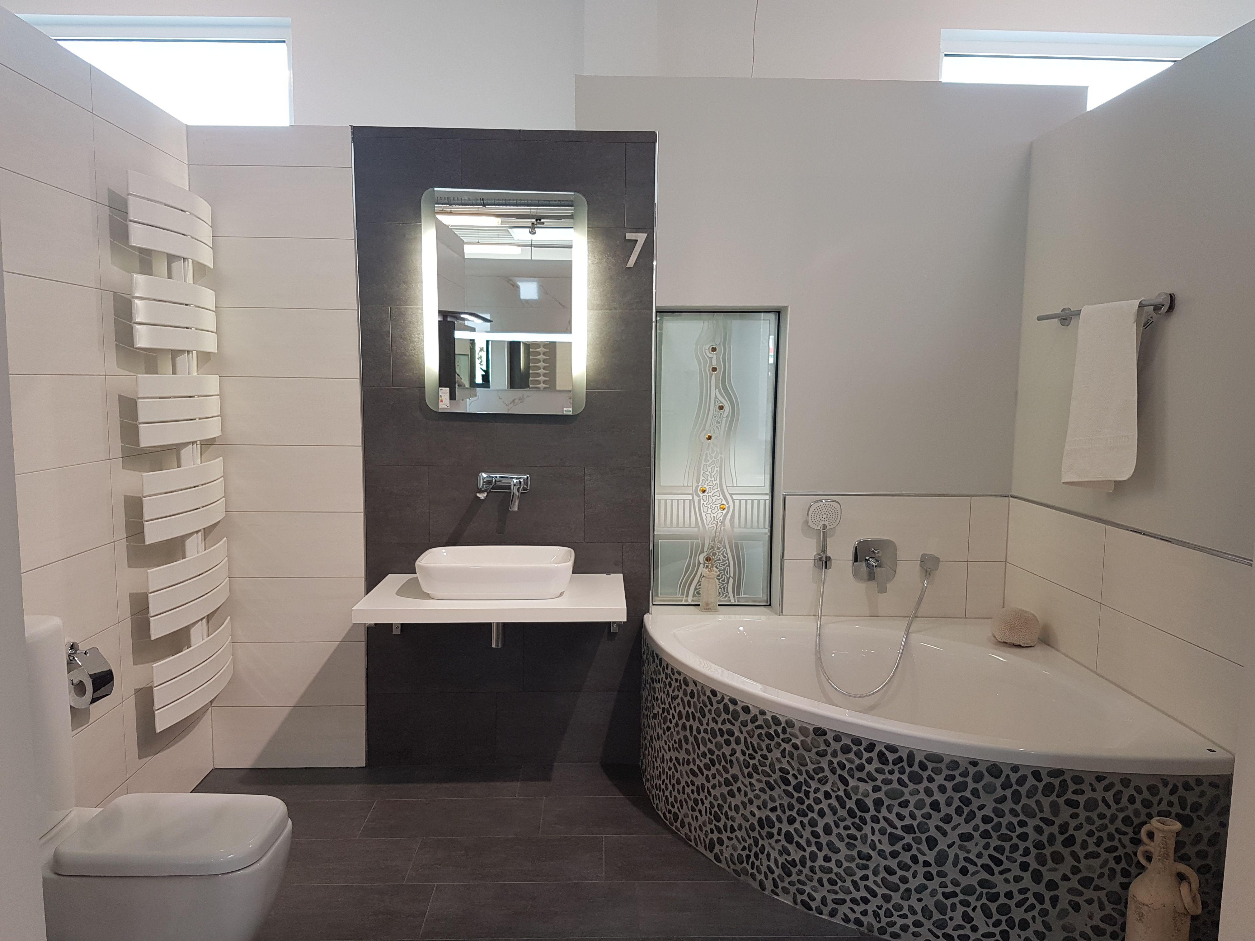 Eckbadewanne, Kiesel-Mosaik, hängende Toilette, Bad