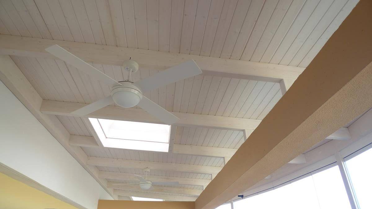 Coberti techo en terraza blanco y crema con claraboya y - Techos de madera blanco ...