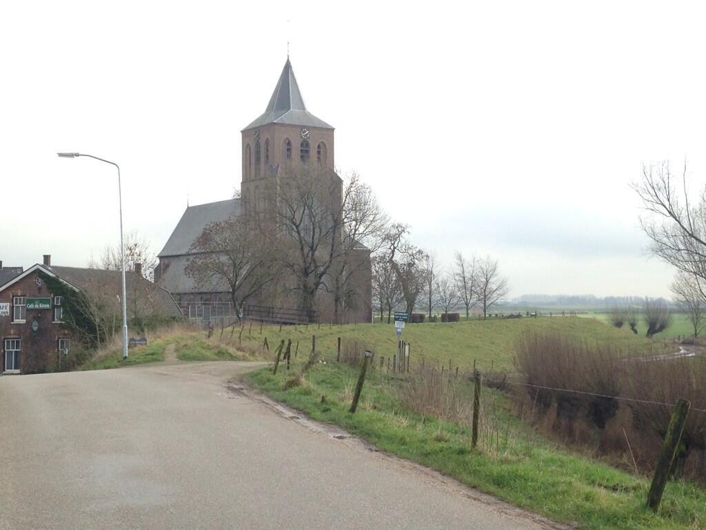 Mooi Kerkje met op de achtergrond de uiterwaarden bij Oud-#Zevenaar. Vrijdag 24 januari 2014. via twitter @SjoerdWannet.