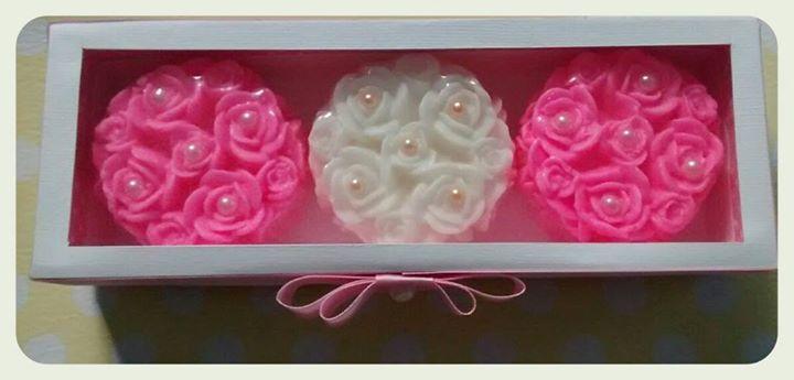 Caixa com 3 sabonetes buque de rosinhas. Valor = 20,00 Lembranças especiais para Dia das Mães, madrinhas, presentes.