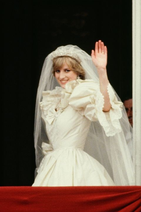 Every Detail About Princess Diana S Iconic Wedding Dress Princess Diana Wedding Diana Wedding Dress Princess Diana Wedding Dress