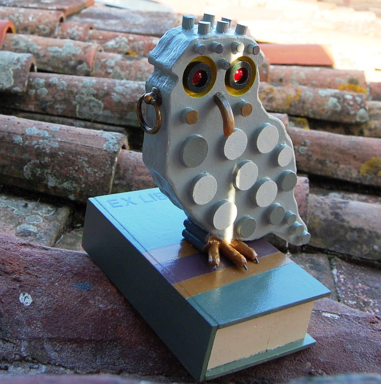 2015- Ex libris (civetta) legno dipinto e materiali vari, cm 27x20x22