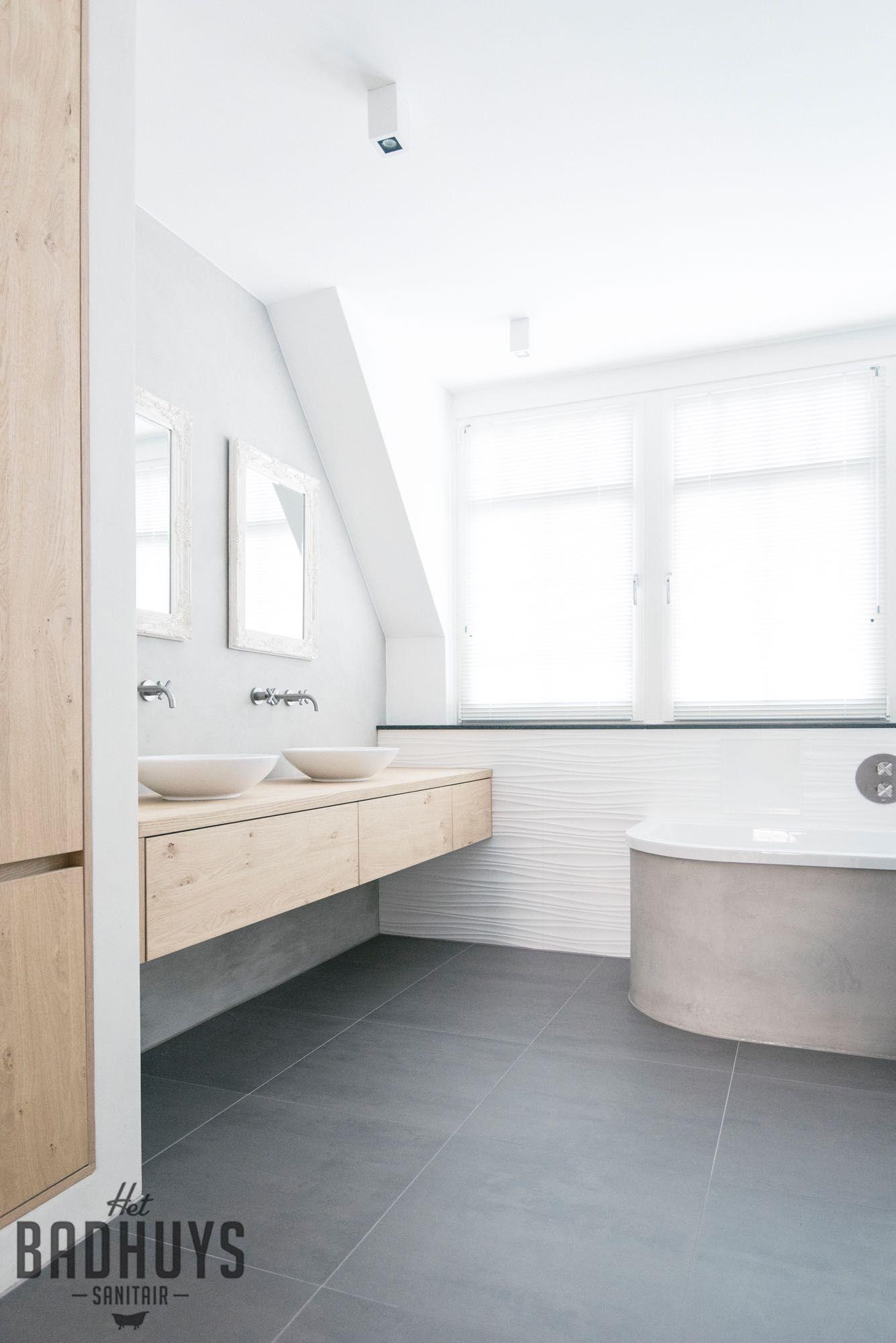 badkamer met rond bad en muren in de beton cire het badhuys