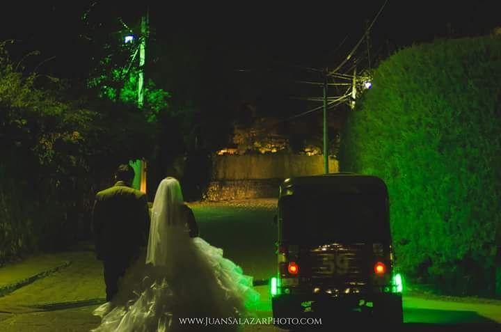 Un #día común para muchos pero para esta #pareja no lo fue fue un día en el que iniciaron un #camino de #amor #paciencia y #prosperidad juntos. Es #increible como la #fotografía de #calle se combina tan #bien en un #sesiónfotográfica de #bodas. #Hoy les comparto una #foto más de las realizadas en las #calles de #Panajachel con una pareja que transmite #alegría y amor siempre.  info@juansalazarphoto.com  http://ift.tt/1NqbiFe