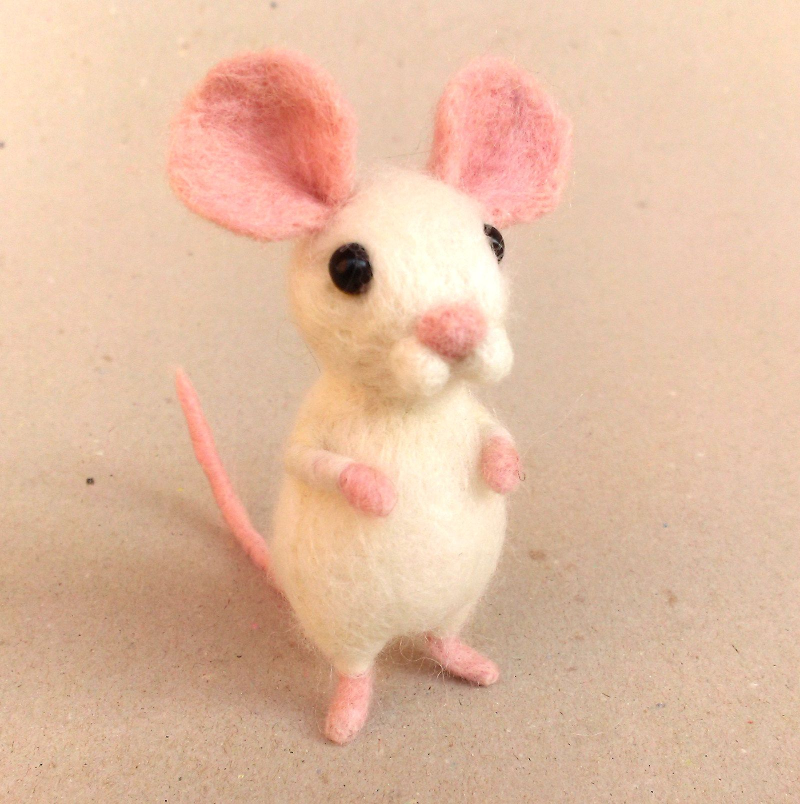 """Myška bílá Jehlou plstěná myška z jemného ovčího rouna merina vysoká cca 10 cm. Ve vydání listu naší místní myší kolonie """"Dnešní hlody"""" jsem si přečetla velice zajímavý článek o blížícím se konci světa. Bylo to tak náramně zajímavé, že jsem si musela dát hned tři dortíčky, abych všechny ty informace náležitě vstřebala. Je jisté, že je spousta věcí ..."""