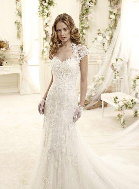 Nádherné krajkové svadobné šaty úzkeho strihu s odnímateľným krajkovým  bolerkom s krátkymi rukávikmi c2eb228eb9c