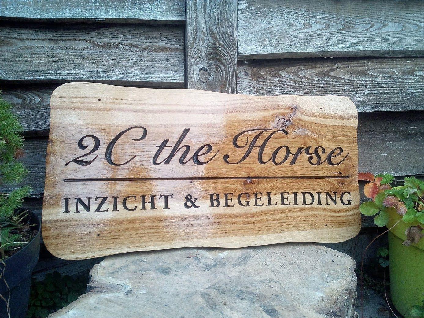 Prachtig Project Afgerond Voor 2cthehorse Mooie Bedrijfsborden Custommade Bordjes Voor Op Hekken En Toegangspoorten En De Deur Op Eiken Naambord Hout Hekken