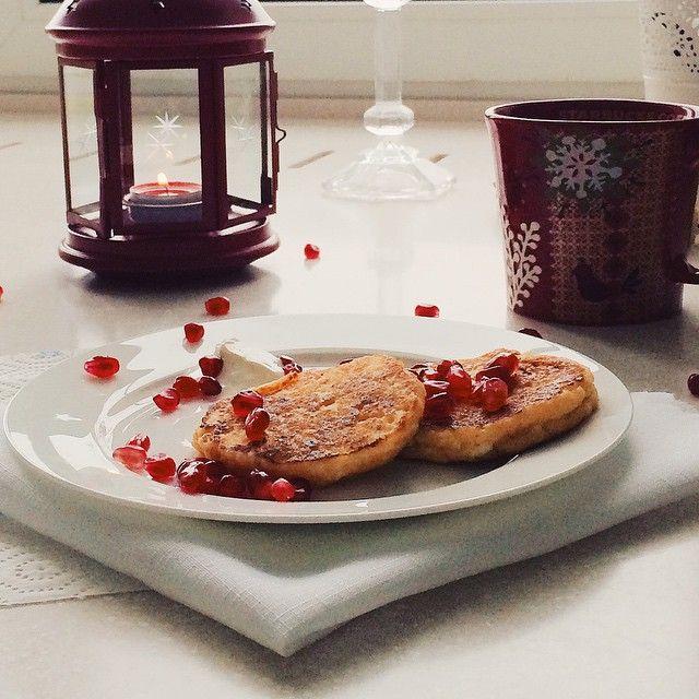 """Good late morning lovely people! Cottage cheese pancakes:) @beautyfromoscow how do you call them in your show?:)) /композиционно, конечно, непонятная фотография, вы даже можете лицезреть кусочек моего гигантского окна,  и есть у меня в этой серии и получше, но она мне нравится, потому что  не похожа на """"меня"""". И все потому, что я вдруг поняла, что не могу писать рецепты, просто не могу, это как-то странно и совсем не мое, я люблю еду, но вдруг потерялась во всем этом, еды слишком -слишком…"""