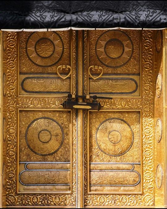 The Door Of The Ka Aba Makkah The Current Door In Gold 99 99 Kg Is A Gift Of King Khalid Bin Abdul Aziz Islamic Heritage Indian Doors Islamic Architecture