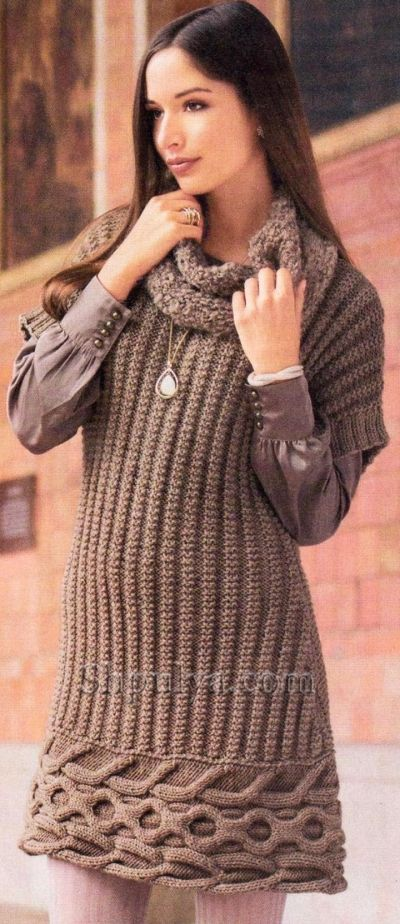 Вязаное платье с поперечной планкой из кос и снуд спицами