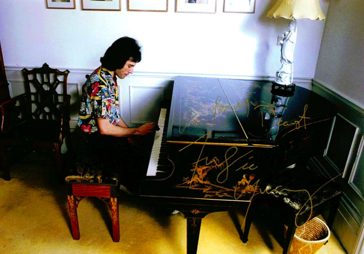 freddie-playing-the-piano | Freddie mercury, Queen freddie mercury, Mercury