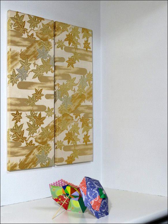 楓が舞う情景が刺繍された帯から作ったパネル金色の糸が光を反射して設置する場所や角度で見え方が変化します2枚組の作品ですプッシュピンに引っ掛けるだけで簡単に飾れ...|ハンドメイド、手作り、手仕事品の通販・販売・購入ならCreema。