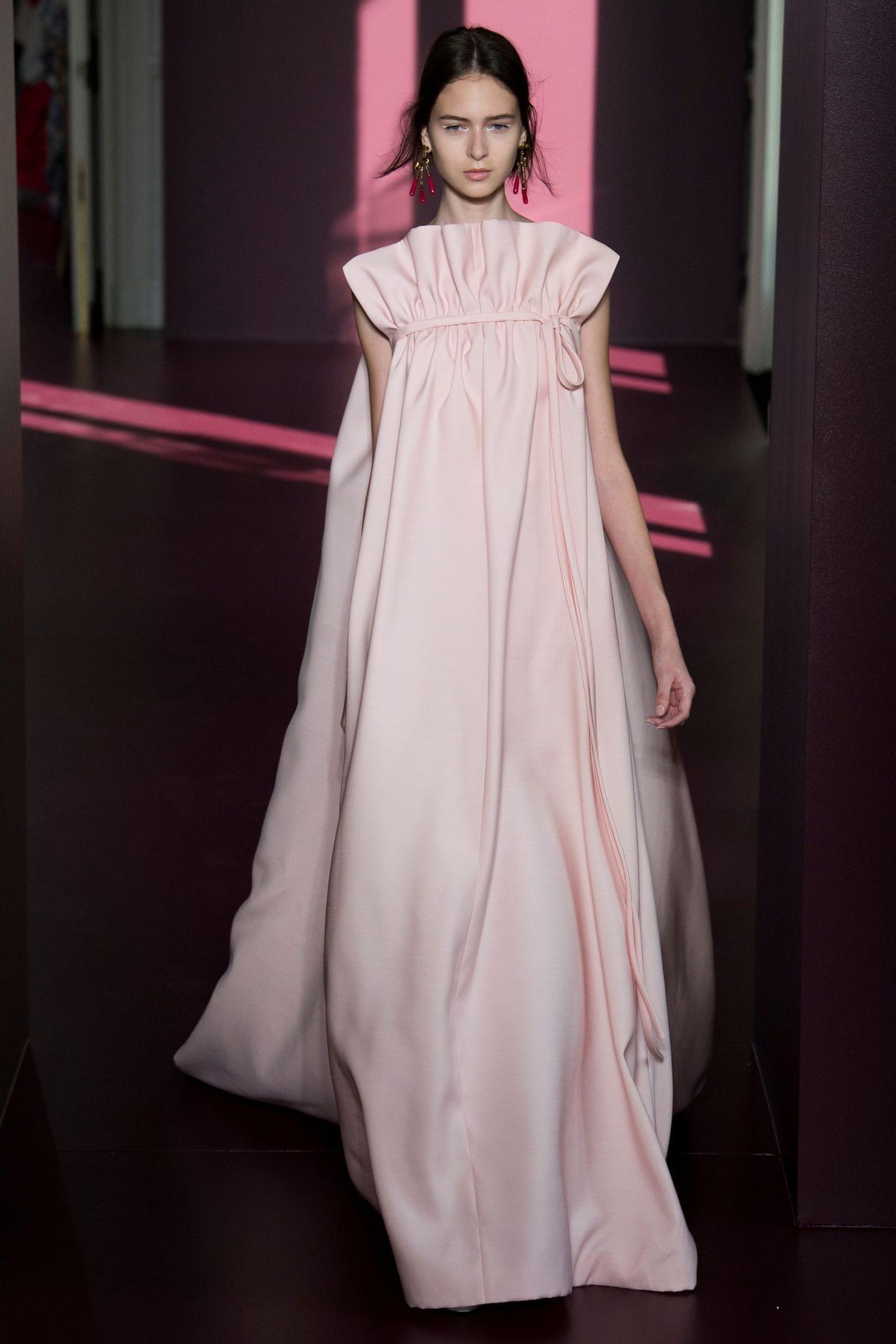 Pink dress design 2018  Défilé Valentino Haute couture automnehiver   Valentino