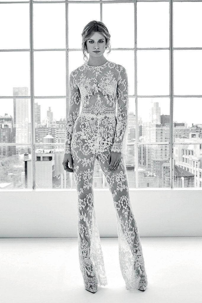 Noiva moderna: aposte em versões finas de calça e macacão para o dia do sim - Vogue | Noiva
