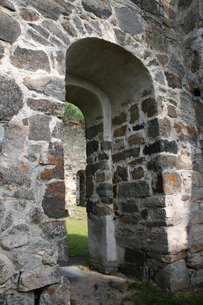 Ingången till Sunne Kyrkoruin, sweden. Sunne Church ruin, front door.