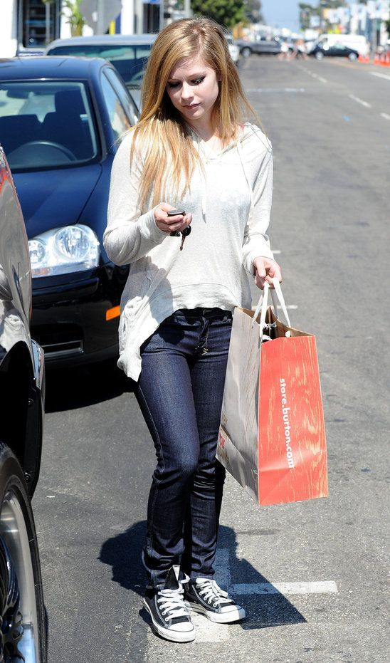 Shirt Avril Converse White And Jeans Wearing The Click Shoes Lavigne r6vwqI6xP